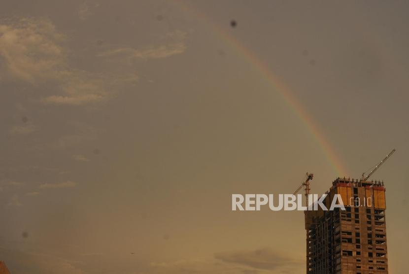 Pelangi terlihat di langit Jakarta di Jalan TB Simatupang, Cilandak, Jakarta Selatan, Kamis (8/2).