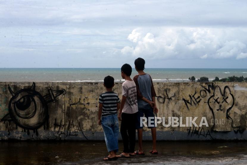 Warga melihat laut dari shelter tsunami Labuan, Pandeglang, Banten, Sabtu (29/12).