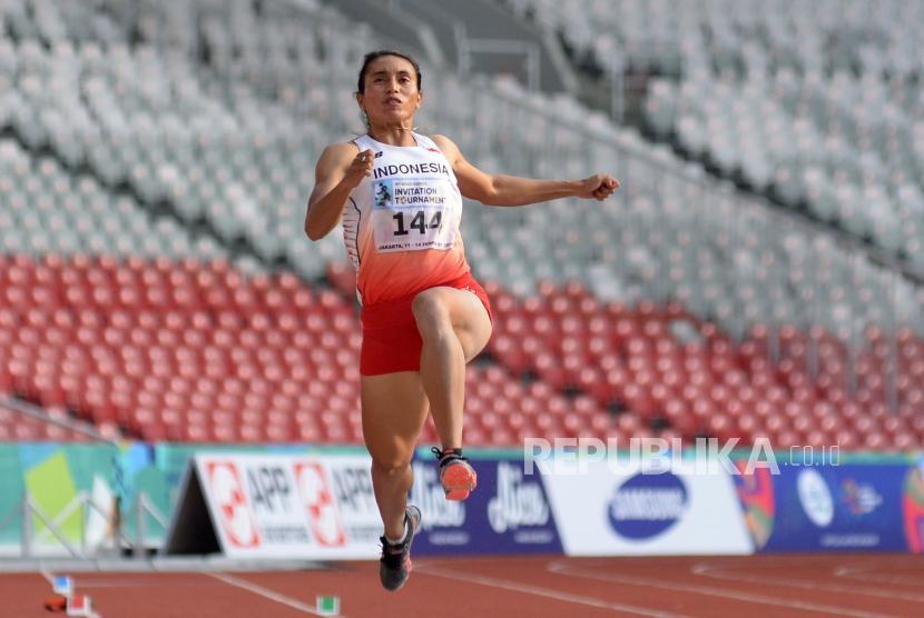 Atlet Lompat Jauh Indonesia Maria Natalia Londa bertanding dalam final lompat Jauh Putri pada ajang 18th Asian Games Invitation Tournament  di Stadion Utama Gelora Bung Karno, Senayan, Ahad (11/2).