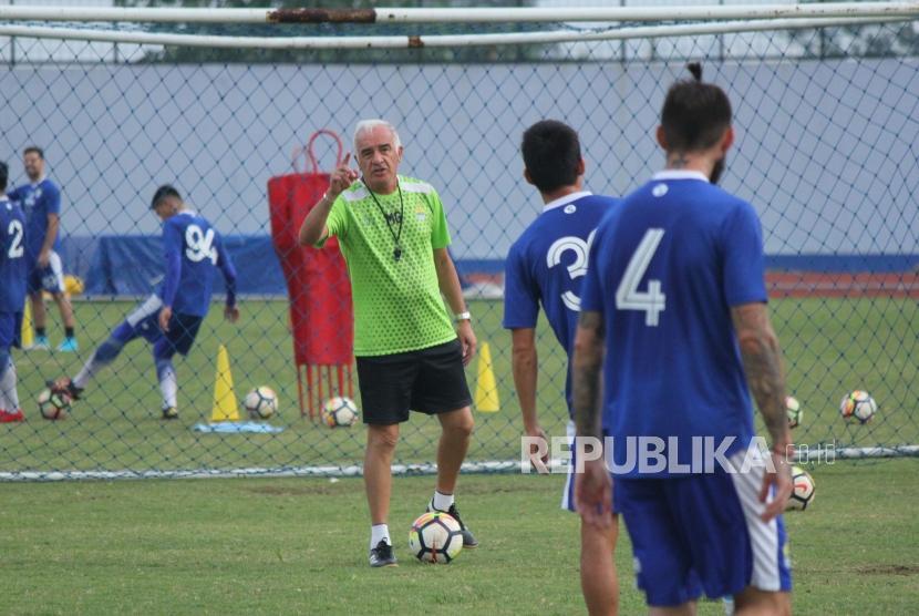 Pelatih Persib, Roberto Carlos Mario Gomez memberikan intruksi pada para pemain persib saat latihan di Lapangan Sport Jabar Arcamanik, Kota Bandung, Selasa (14/5) sore.