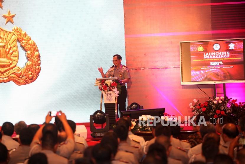 Kapolri Jenderal Pol Tito Karnavian memberikan sambutan saat peluncuran dan workshop Modernisasi Polantas Sebagai Implementasi Tahun Keselamatan untuk Kemanusiaan di Jakarta, Kamis (9/11). Dalam acara peluncuran tersebut juga sekaligus diresmikan Samsat Online di wilayah se-Jawa dan Bali.