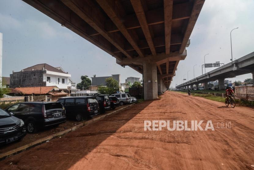 Parkir Liar di Kolong Tol Becakayu. Sejumlah mobil parkir di bawah kolong Tol Bekasi, Cawang, Kampung Melayu (Becakayu) di Jakarta Timur, Senin (17/6).