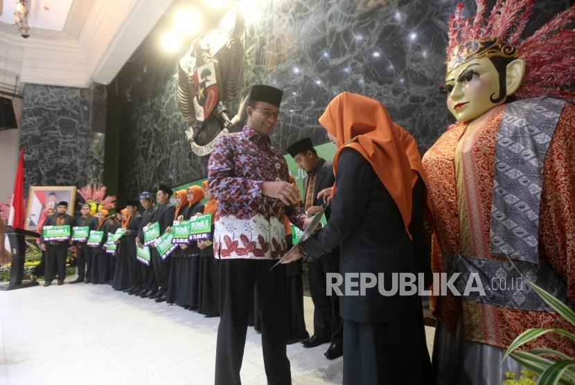 Gubernur DKI Jakarta Anies Baswedan penyerahkan bonus dan penghargaan kepada juara pada MTQ Nasional XXVII Tahun 2018 di Balaikota, Jakarta, Kamis (18/10).
