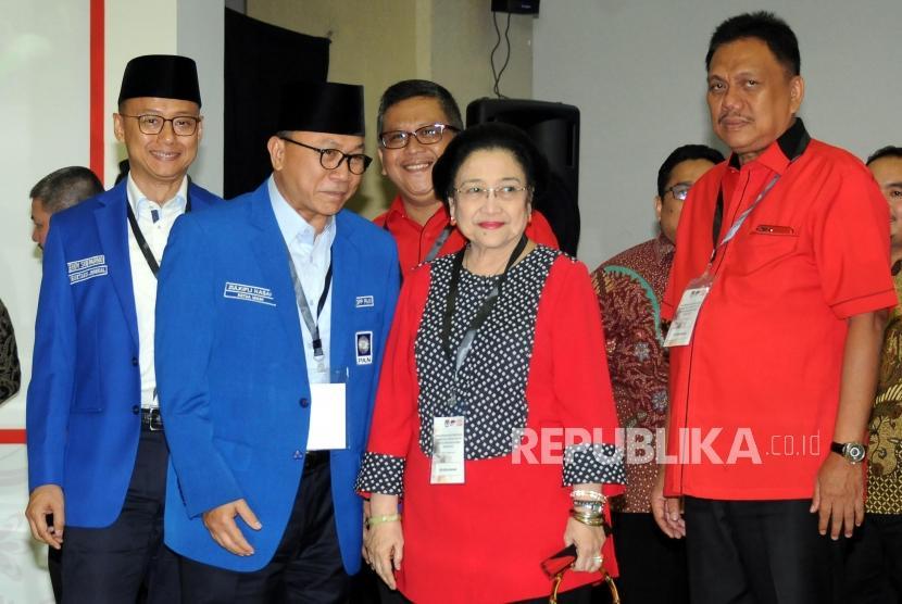 Ketua Umum Partai Amanat Nasional Zulkifli Hasan dan Ketua Umum Partai Demokrasi Indonesia Perjuangan (PDIP) Megawati Soekarno Putri menghadiri acara Pengundian Nomor Urut Peserta Pemilu 2019 di Kantor KPU, Jakarta, Ahad (18/2).