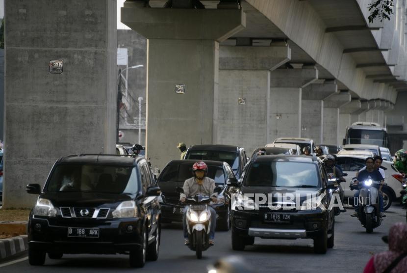 Sejumlah kendaraan melintasi Jalan Fatmawati Raya, Jakarta, Rabu (7/8).