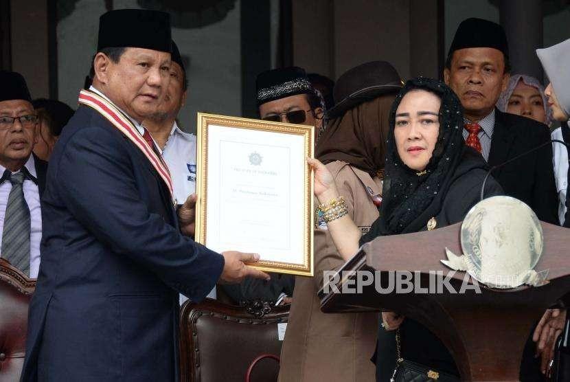 Ketua Yayasan Pendidikan Bung Karno Rachmawati Soekarnoputri memberikan penghargaan kepada Bakal Capres  Prabowo Subianto ketika mengikuti Upacara Peringatan Detik-detik Proklamasi Kemerdekaan ke-73 di Universitas Bung Karno (UBK), Jakarta, Jumat (17/8).