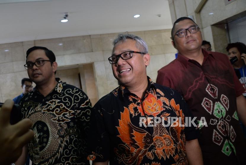 Ketua KPU Arief Budiman bersama Komisioner Bawaslu Fritz Edward Siregar tiba di Gedung Mina Bahari untuk melapor ke Bareskrim Polri di Gambir, Jakarta, Kamis (3/1).
