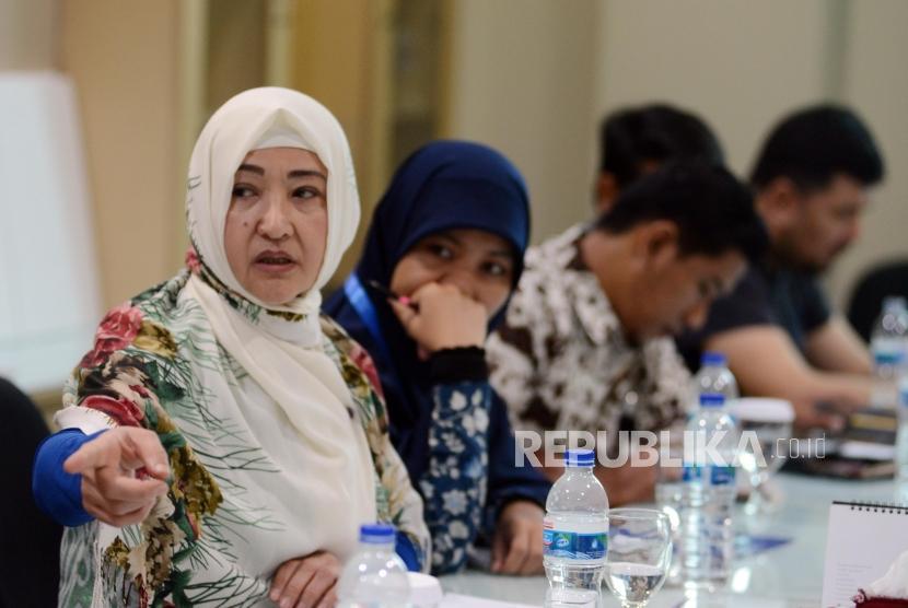 Mantan Penghuni Kamp Uighur Gulbachar Jalilova (kiri) memberikan paparan saat kunjungan di Kantor Republika, Jakarta, Jumat (11/1).