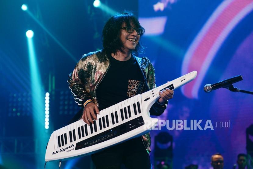 Penampilan Adi Adrian  dalam konser tunggal Kla Project  yang bertajuk Karunia Semesta di Jakarta, Convention Center, Jakarta, Kanmis (6/12).