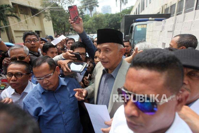 Ketua Dewan Penasehat Partai Amanat Nasional (PAN) Amien Rais didampingi putrinya Tasniem Fauzia Rais saat tiba untuk menjalani pemeriksaan di gedung Direskrimum, Mapolda Metro Jaya, Jakarta, Rabu (10/10).