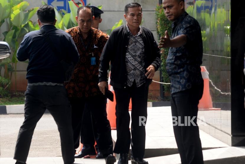 Bupati Bengkulu Selatan Dirwan Mahmud dikawal petugas saat tiba di Gedung Merah Putih Komisi Pemberantasan Korupsi (KPK), Jakarta, Rabu (16/5).