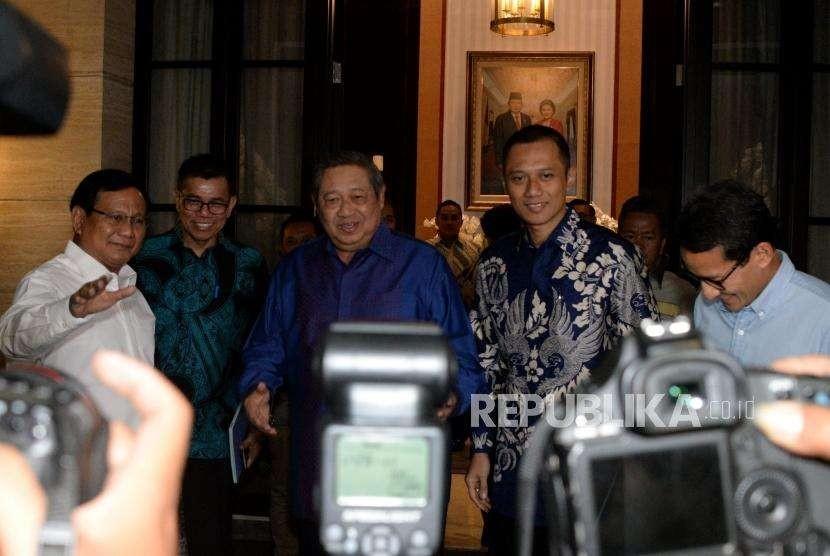 Ketua Umum Partai Demokrat Susilo Bambang Yudhoyono (SBY) menerima kedatangan Bakal Calon Presiden yang juga Ketua Umum Partai Gerindra Prabowo Subianto dan Bakal Calon Wakil Presiden Sandiaga Uno sebelum melakukan pertemuan di kediaman SBY, Jakarta, Rabu (12/9).