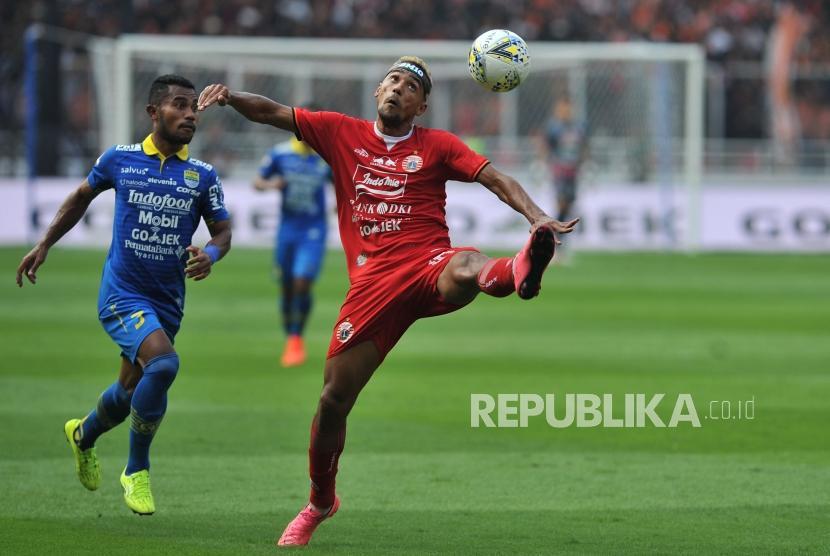 Gelandang Persija Jakarta Bruno Matos berusaha mengontrol bola saat laga lanjutan Liga 1 melawan Persib Bandung di Stadion Gelora Bung Karno, Senayan, Jakarta, Rabu (10/7).