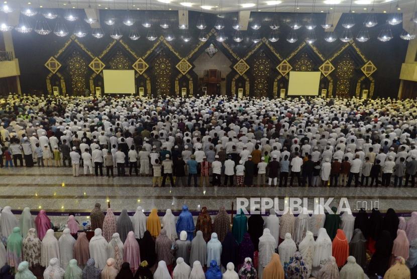 Sejumlah umat Islam saat melaksanakan shalat Isya pada acara Dzikir Nasional di Masjid Agung At Tin, Jakarta, Senin (31/12).