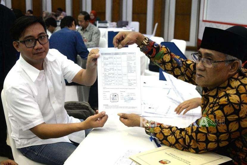 Laporan Awal Dana Kampanye.  Anggota Tim Bendahara TKN 2019 Jokowi - Maruf Amin,  Syafrizal (kiri)  menyerahkan daftar Laporan Awal Dana Kampanye Pemilu 2019 di KPU, Jakarta, Ahad (23/9).