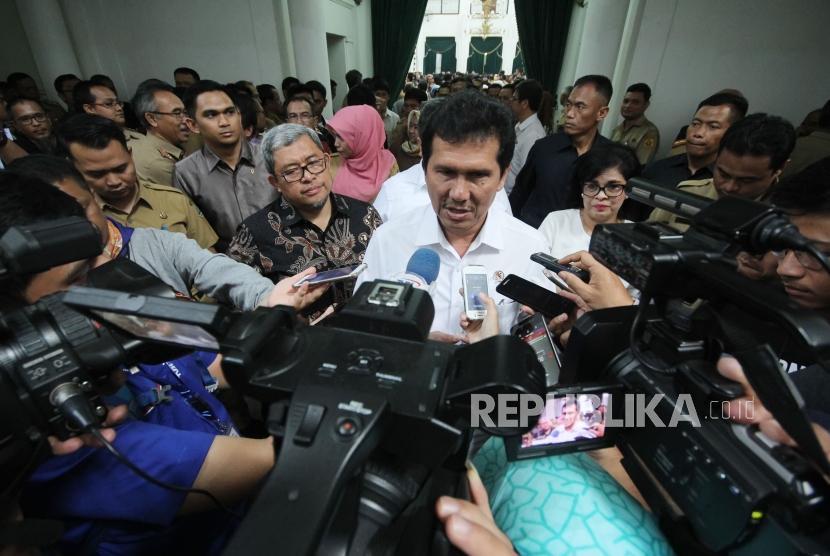 Menteri Pendayagunaan Aparatur Negara dan Reformasi Birokrasi (Menpan RB) Asman Abnur diwawancara wartawan usai menyampaikan program Percepatan Reformasi Birokrasi Melalui Implementasi Sistem Akuntabilitas Kinerja Instansi Pemerintah (Sakip), di Aula Barat, Gedung Sate, Kota Bandung, Selasa (3/4).