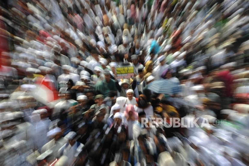 Umat muslim  dari berbagai ormas   membawa poster dalam aksi menuntut tangkap dan penjarakan sukmawati Soekarno Putri yang di lakakukan di depan kantor Bareskrim Mabes Polri, Jakarta, Jumat (6/4).