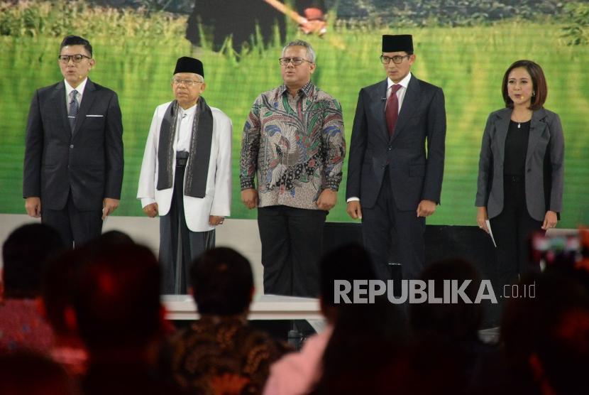 Cawapres no 01 KH Ma'ruf Amin dan Cawapres No 02 Sandiaga Uno serta Ketua KPU RI Arief Budiman saat debat Cawapres Pilpres 2019 di Jakarta, Ahad (17/3).
