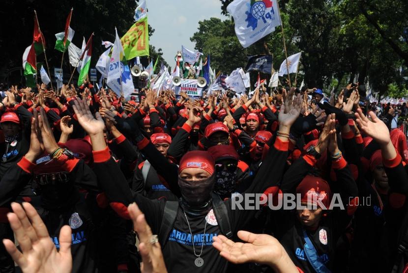 Sejumlah aliansi buruh berjalan menuju Istana Negara pada peringatan Hari Buruh Internasional di Jakarta, Selasa (1/5).