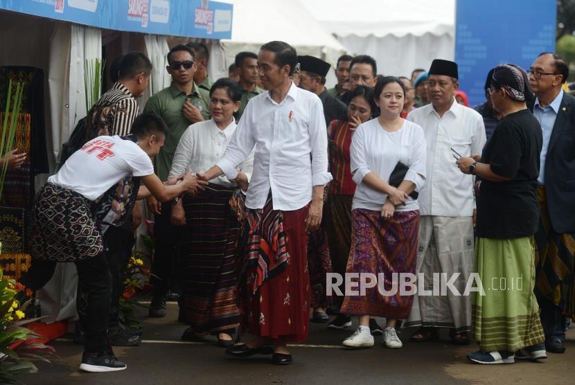 Festival Sarung Indonesia. Presiden Joko Widodo didampingi Ibu Negara Iriana Widodo dan Menteri kabinet kerja saat menghadiri acara Festival Sarung Indonesia 2019 di Gelora Bung Karno, Jakarta, Ahad (3/3).