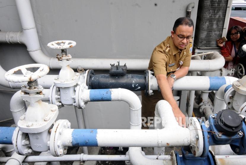 Gubernur DKI Jakarta Anies Baswedan (tengah) saat melakukan sidak di Hotel Sari Pan Pacific, Thamrin, Jakarta, Senin (12/3).