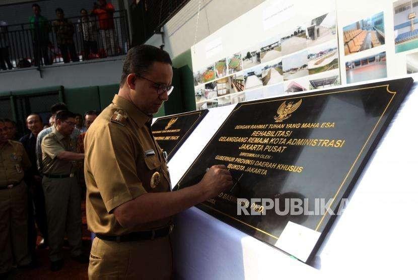 Gubernur DKI Jakarta Anies Baswedan menanda tangani prasasti saat peresmian venue Baseball di GOR Pemuda Rawamangun, Jakarta, Senin (13/8).