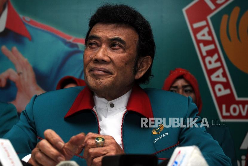 Ketua Umum Partai Idaman Rhoma Irama saat akan memberikan keterangan pers di Kantor DPP Partai Idaman, Jakarta, Selasa (16/1).