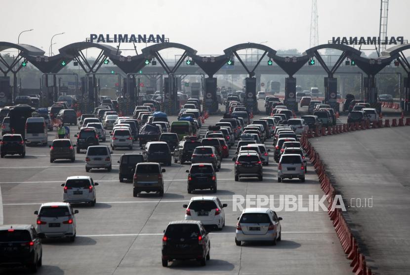 Antrean kendaraan saat melintas di Pintu masuk Tol Palimanan, Cirebon, Jawa Barat, Sabtu (9/6).