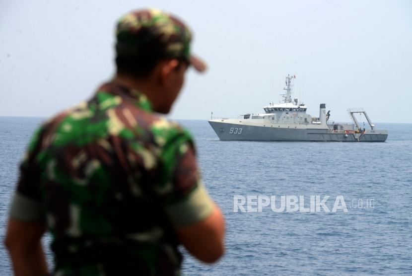Kapal KRI Rigel 933 saat melakukan pencarian dalam proses evakuasi pesawat Lion Air JT610 di perairan Karawang, Jawa Barat, Rabu (31/10).