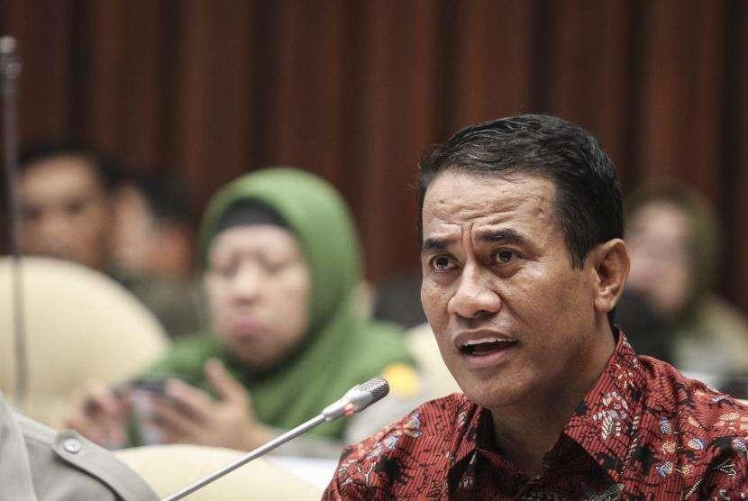 Menteri Pertanian Amran Sulaiman menyampaikan paparan pada rapat kerja dengan Komisi IV DPR di Kompleks Parlemen Senayan, Jakarta, Senin (4/6).