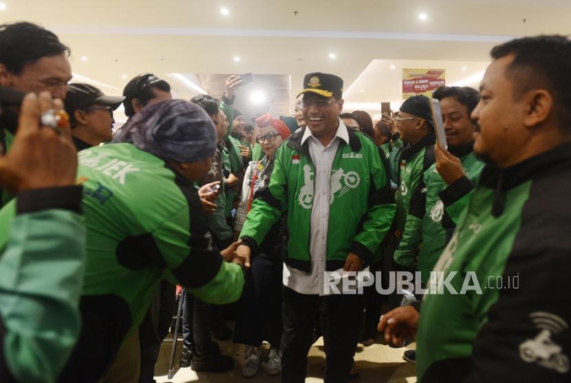 Menteri Perhubungan Budi Karya Sumadi bersalaman dengan pengemudi ojek online