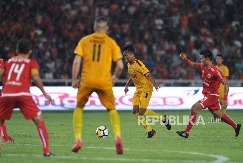 Pemain Bhayangkara FC Hargianto berusaha melepaskan tendangan.