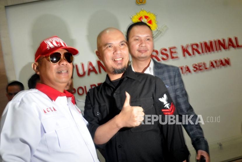 Musisi Ahmad Dhani didampingi tim kuasa hukumnya memenuhi panggilan penyidik Polres Metro Jakarta Selatan, Kamis (30/11).