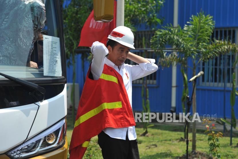 Peresmian PLTU Cilacap. Presiden Joko Widodo bersiap untuk melakukan peninjauan seusai meresmikan PLTU Cilacap Ekspansi 1x660 MW di Karangkandri, Cilacap, Jawa Tengah, Senin (25/2).