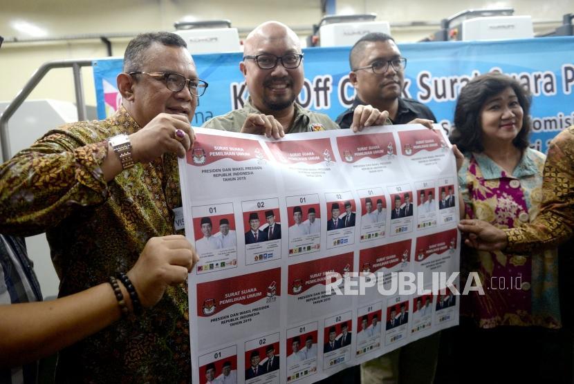 Cetak Perdana Surat Suara Pemilu. Komisioner KPU Ilham Saputra (kedua kiri)  menunjukan surat suara cetakan perdana untuk pemilihan Presiden Pemilu 2019 di Jakarta, Ahad (20/1/2019).