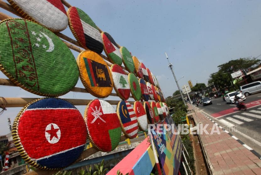 Bendera negara peserta Asian Games yang terpasang dipinggir Kali Sunter, Jakarta, Ahad (15/7).
