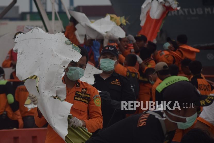 Joint SAR team evacuate Lion Air JT 610 debris at Tanjung Priok Port, Jakarta, Saturday (Nov 3).