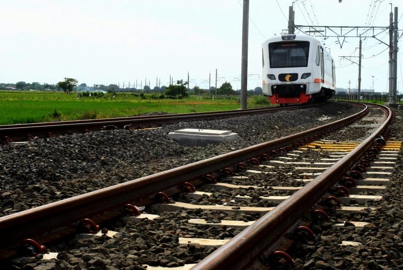 Kereta bandara Soekarno Hatta (Soetta) melintas di sekitar persawahan di kawasan Benda, Tangerang, Banten, Kamis (28/12).