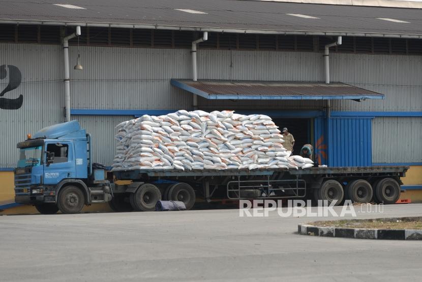 Target Pengadaan Beras Petani. Pemidahan beras ke dalam Gudang Bulog Kelapa Gading, Jakarta, Rabu (25/7).