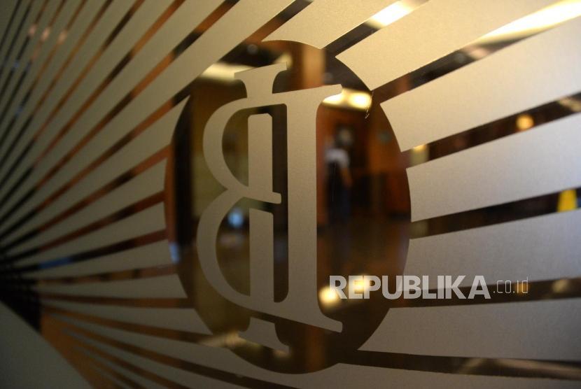 Bank Indonesia (BI): Seorang melintas didekat logo Bank Indonesia Jakarta, Kamis (21/2).