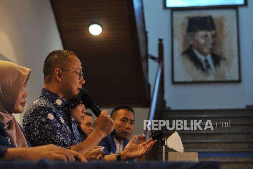 Sekretaris Jenderal Partai Amanat NasionalEddy Soeparno (kedua kiri) bersama Waskejen PAN Soni Sumarsono (kanan) memberikan keterangan pers di Rumah PAN, Jakarta, Rabu (22/8).