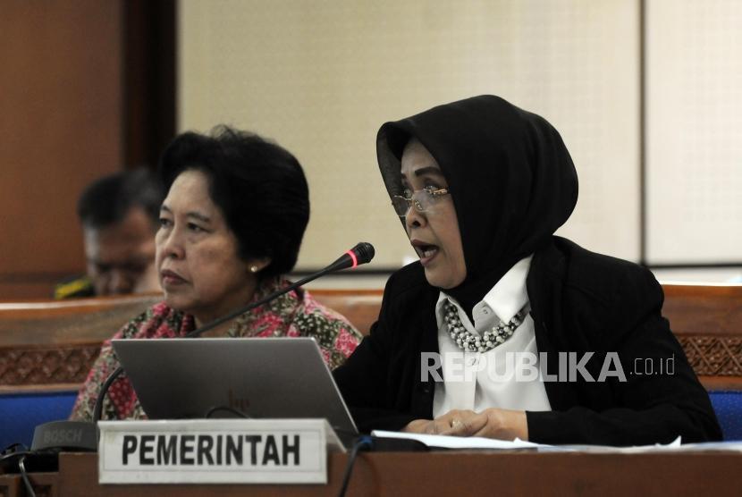 Kepala Badan Pembinaan Hukum Nasional Kementerian Hukum dan HAM Enny  Nurbaningsih (kanan) memberikan paparan saat Rapat Pansus RUU Terorisme di Jakarta, Rabu (23/5).