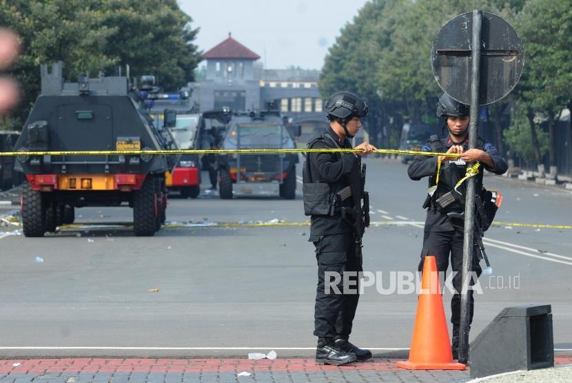 Sejumlah petugas Brimob memasang garis polisi pasca kericuhan yang terjadi di Rutan cabang Salemba di Mako Brimob, Kelapa Dua, Depok, Jawa Barat, Rabu (9/5).
