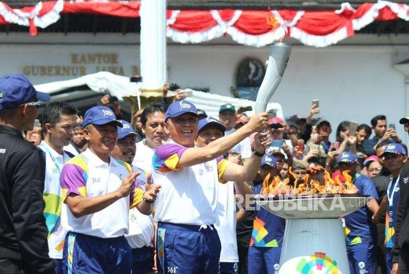Pj Gubernur Jawa Barat M Iriawan mengangkat obor api Asian Games 2018 di Gedung Sate, Kota Bandung, Sabtu (11/8).