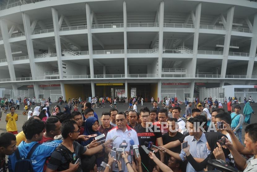 CDM Indonesia di Asian Games 2018, Komjen Pol Syafruddin (tengah) memberikan keteranngan kepada media usai melakukan jalan sehat bersama perwakilan atlet melakukan jalan sehat untuk meningkatkan soliditas atlet Indonesia.