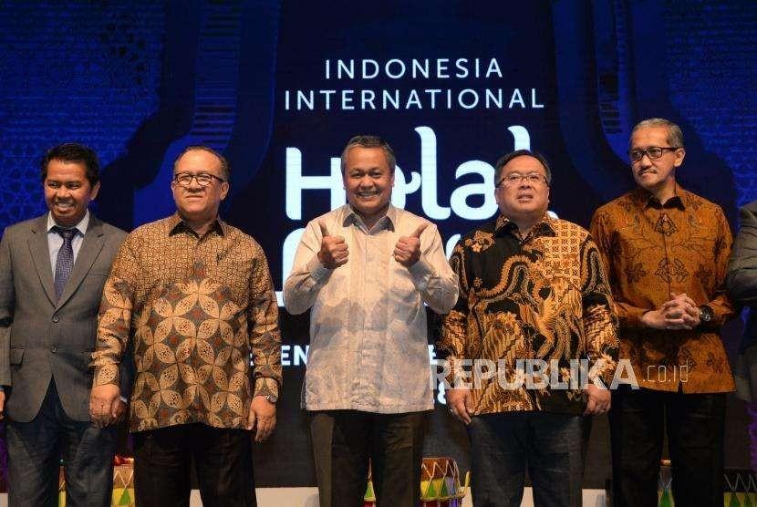 Chairman of Indonesia Halal Lifestyle Center Sapta Nirwandar (kedua kiri), Menteri PPN/Kepala Bappenas sekaligus Sekertaris Komite Nasional Keuangan Syariah (KNKS) Bambang Brodjonegoro (kedua kanana) dan Gubernur Bank Indonesia Perry Warjiyo (tengah) serta para tamu VIP saat membuka Indonesia International Halal Lifestyle Conferance and Buisness Forum 2018 di Jakarta Concetion Center, Rabu (3/10).