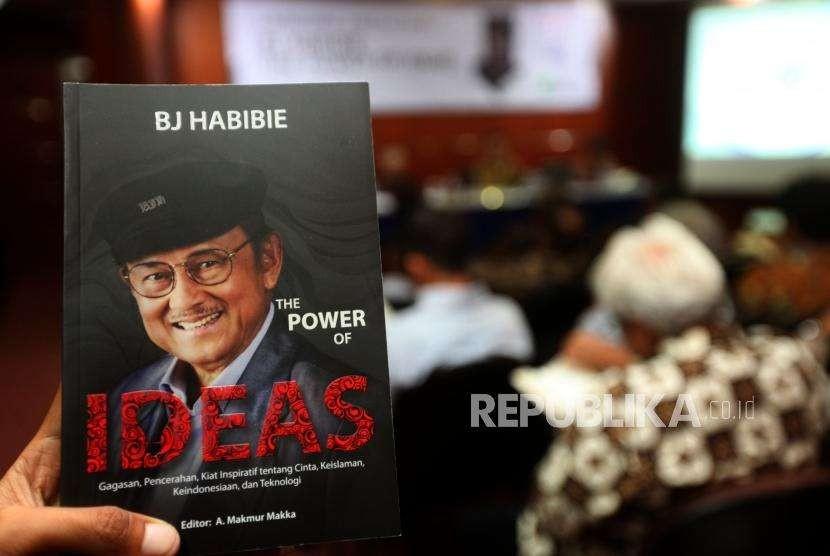 Buku BJ Habibie yang berjudul   The Power Of Ideas saat acara peluncuran dan bedah buku di Gedung The Habibie Center, Jakarta, Senin (8/10).