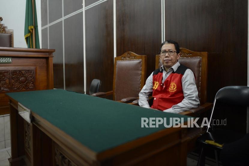 Terdakwa kasus dugaan penghilangan barang bukti pengaturan skor, Joko Driyono bersiap menjalani sidang putusan di Pengadilan Negeri Jakarta Selatan, Selasa (23/7).