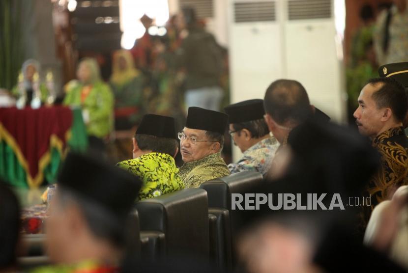 Wakil Presiden sekaligus Ketua Dewan Masjid Indonesia Jusuf Kalla mengahadiri saat pembukaan Muktamar Dewan Masjid Indonesia (DMI) ke-7 yang bertajuk