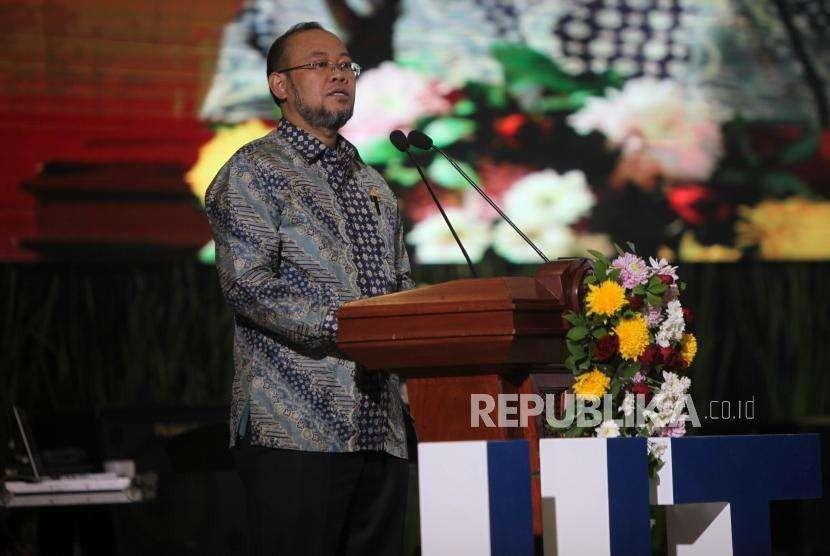 Rektor Universitas Terbuka Ojat Darojat memberikan sambutan saat memperingati Dies Natalis ke-34 Universitas Terbuka di Kampung Universitas Terbuka, Tangerang Selatan, Banten, Selasa (4/9).